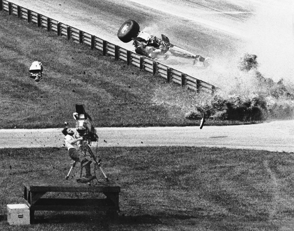 1979_joe_rooks_operator_halala_az_indianapolisi_dragster_versenyen_egy_szerencsetlen_utkozeskor_elrepulo_motoralkatresz_talalta_el_a_korhazba_szallitas_utan_belehalt_a_fejseruleseibe.jpg