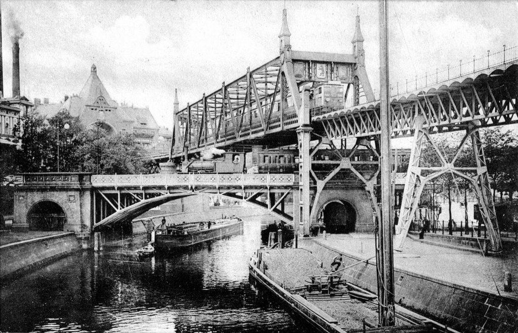 1900_multi-level_train_bridges_at_berlin_anhalter_bahnhof.jpg