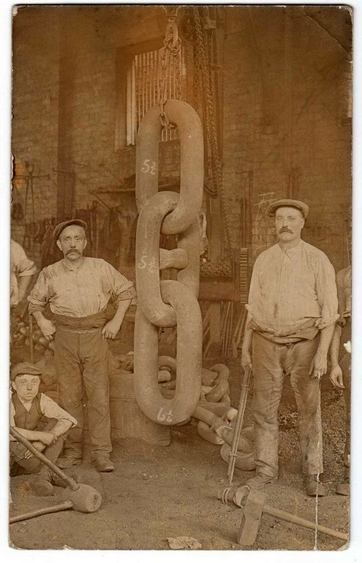1910_workers_and_the_huge_chain_links_forged_for_the_titanic_s_anchor_1910_at_hingley_and_sons.jpg