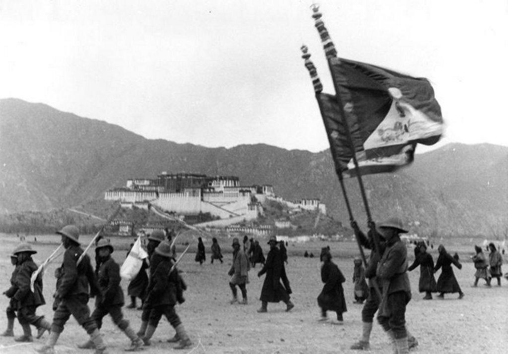 1938_tibetan_military_parade_outside_the_potala_palace_lhasa.jpg