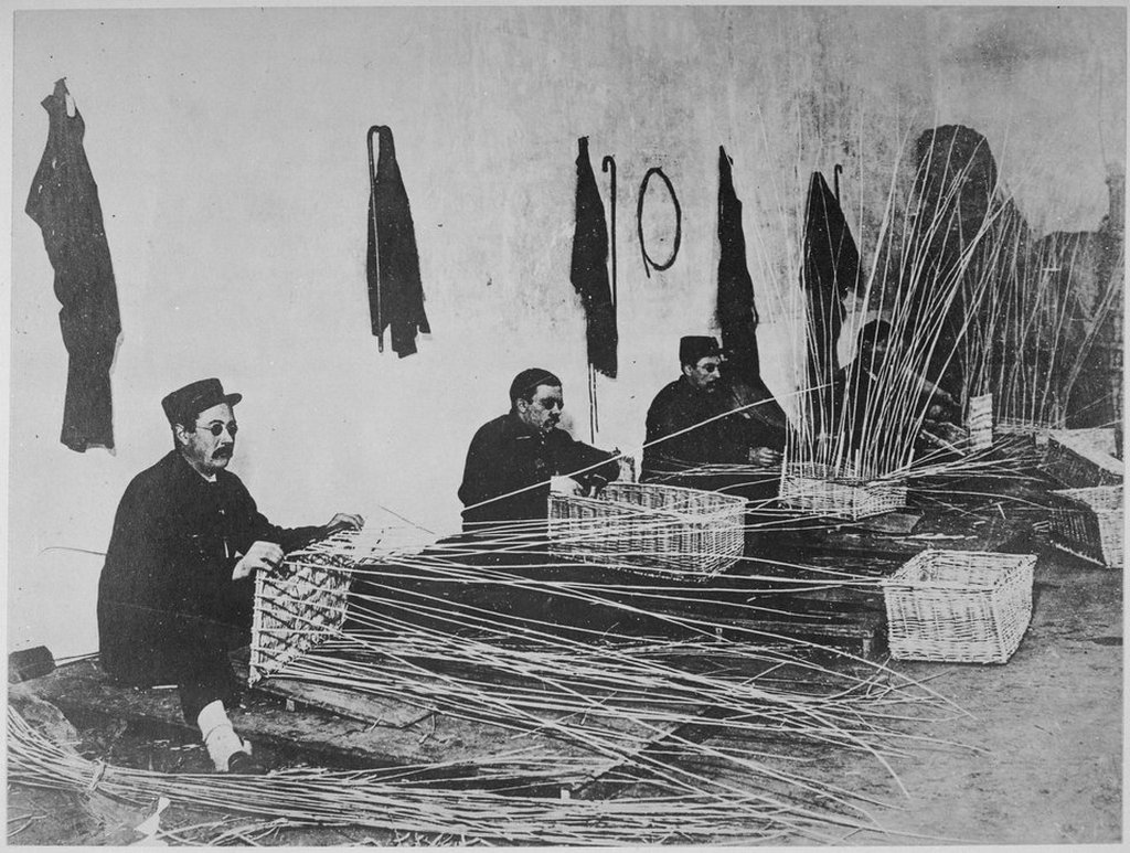 1918_blind_french_soldiers_learning_to_make_baskets.jpg