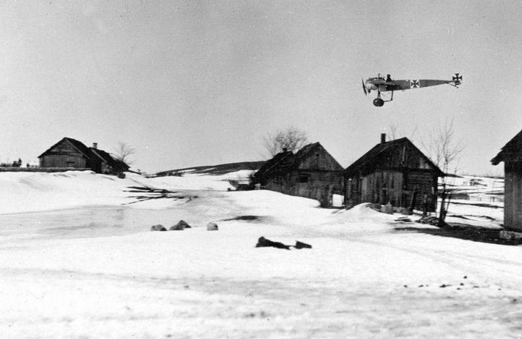 1915_low_flying_german_fokker_e_ii_35_eastern_front_ww1.png