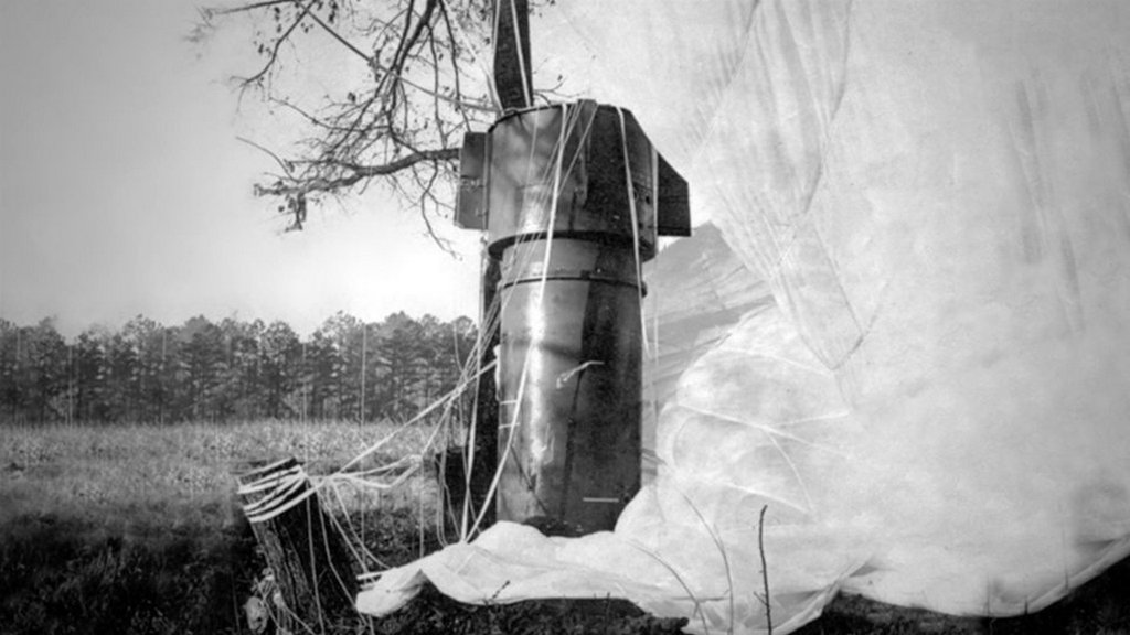 1961_januar_24_undetonaded_four_megaton_mark_39_thermonuclear_bomb_with_its_parachute_still_attached_after_it_was_accidently_dropped_from_a_breaking_apart_b-52_bomber_over_goldsboro_north_carolina.jpg