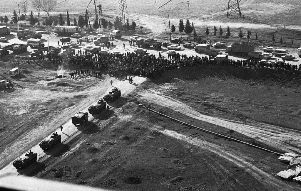 1990_januar_22_ganja_lakoi_mikozben_blokkoljak_a_szovjet_tankokat_akik_1990_januar_22-en_szeretnenek_bejutni_a_varosba.jpg