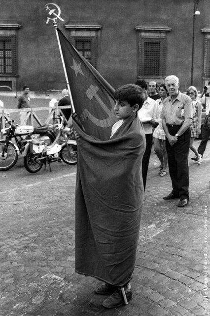 1969. Fiatal kommunista-szimpatizáns fiú egy olasz párt demonstráción..jpeg