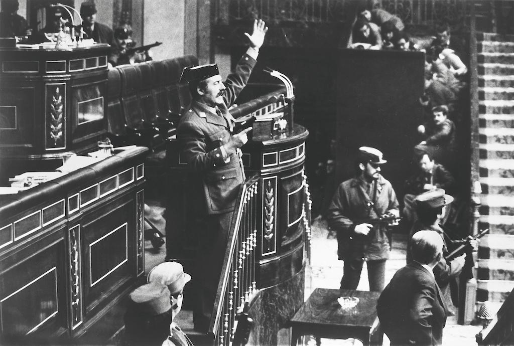 1981. Antonio Tejero, a Guardia Civil alezredese, néhány fegyveres társával együtt berontott a spanyol országgyűlés épületébe és elfoglalt az üléstermet. Célja a Franco-féle....jpg