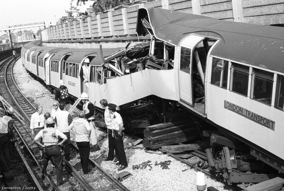 1984. A londoni Leyton állomás közelében két metrószerelvény összeütközött. Az egyik vezető meghalt, huszonöt ember megsérült..jpg