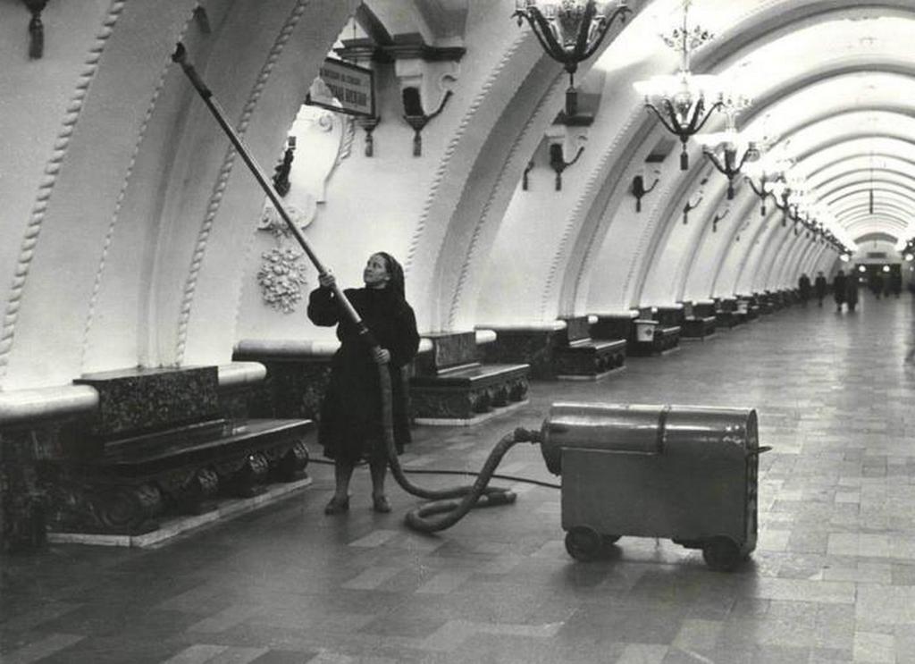 1955_a_moszkvai_arbatszkaja_metroallomas_takaritasa.jpeg