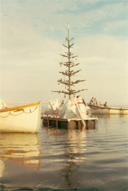 1969-73_cca_floating_christmas_tree_created_by_polish_seafarers_from_the_freighter_djakarta_one_of_the_ships_of_yellow_fleet_15_cargo_ships_trapped_in_the_suez_canal_for_8_years_after_the_canal_was_blocked_during_th.jpg
