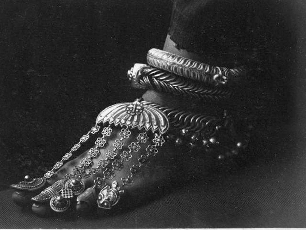 1900_korul_the_foot_and_jewelry_of_a_hindu_bride_in_ceylon_sri_lanka.jpg