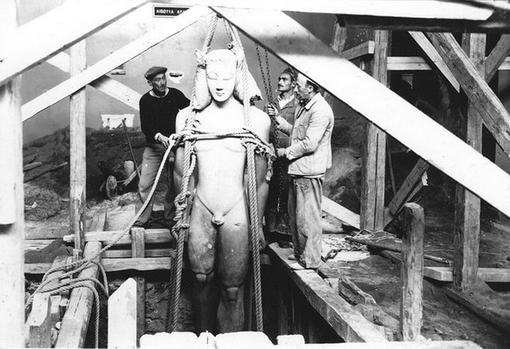 1940_burying_the_sounion_kouros_for_protection_against_airstrikes_during_wwii_national_archaeological_museum_athens.jpg