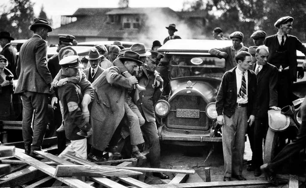 1926_a_wounded_child_and_man_are_carried_from_a_collapsed_grandstand_at_the_tournament_of_roses_parade_pasadena.png