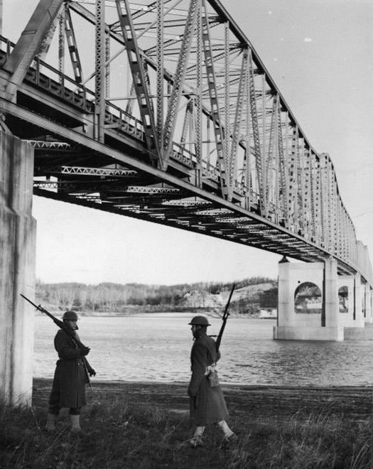 1941_dec_8_during_the_panic_following_pearl_harbor_sentries_were_posted_at_the_daniel_boone_bridge_over_the_missouri_river.jpg