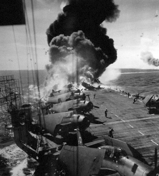 1944_oktober_30_uss_belleau_wood_cvl-24_aflame_on_her_aft_flight_deck_following_a_japanese_kamikaze_attack.jpg