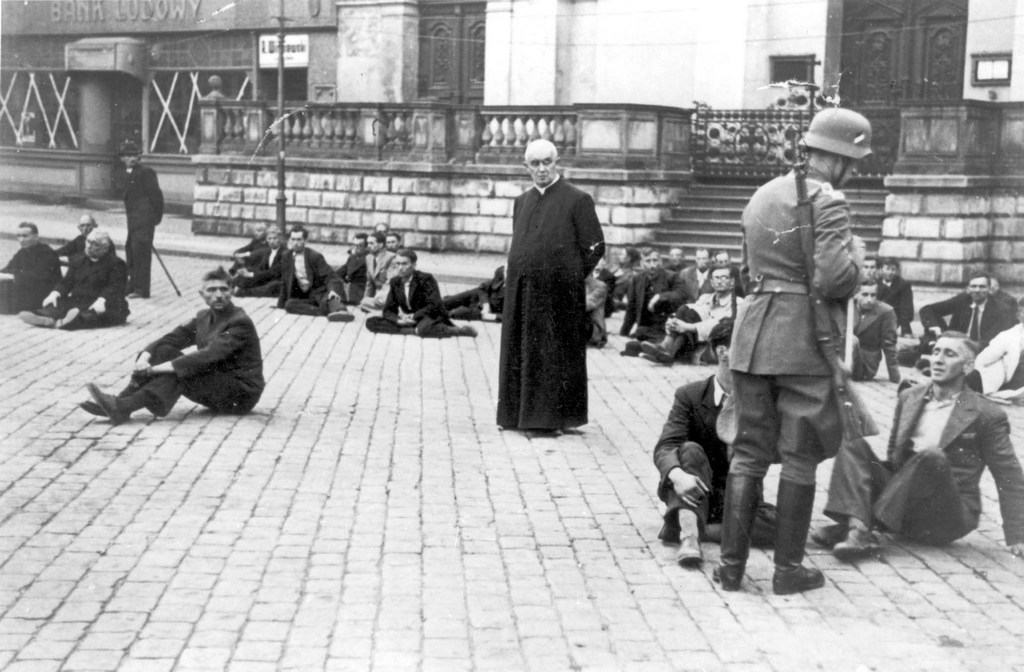 1939_szeptember_9_public_execution_of_polish_priests_and_civilians_in_bydgoszcz_s_old_market_square.jpg