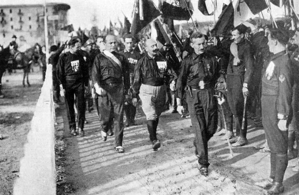 1922_oktober_24_benito_mussolini_cesare_maria_de_vecchi_michele_bianchi_and_other_fascist_blackshirts_during_the_march_on_rome.jpg