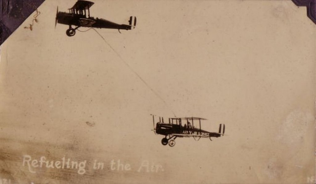 1923_junius_27_first_air-to-air_refueling_two_airco_dh-4b_biplanes_of_the_united_states_army_air_service.jpg