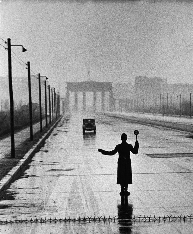 1953_an_automobile_arriving_from_the_eastern_sector_of_berlin_is_halted_by_west_berlin_police.jpg