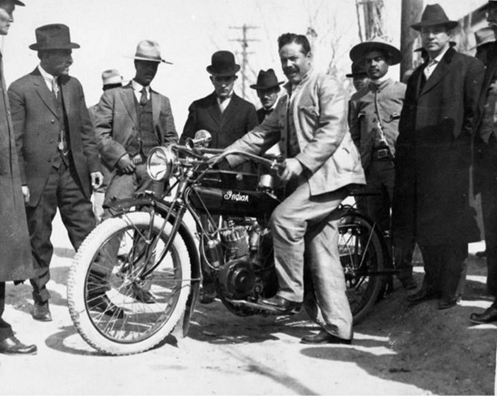 1920_korul_pancho_villa_mexikoi_forradalmar_egy_1914-es_amerikai_indian_hendee_special_twin_motorral.jpg