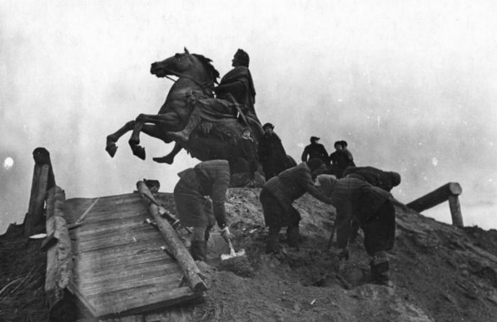 1944_nagy_peter_bronz_lovasszobranak_felszabaditasa_leningradban_a_szobor_a_872_napig_tarto_nemet_blokad_idejen_vastag_foldkupac_alatt_pihent.jpeg