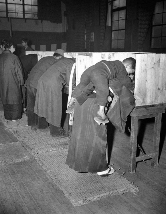 1946_aprilis_10_a_japanese_woman_carries_her_son_on_her_back_as_she_marks_her_ballot_in_tokyo_in_japan_s_first_free_election_in_generations.jpg
