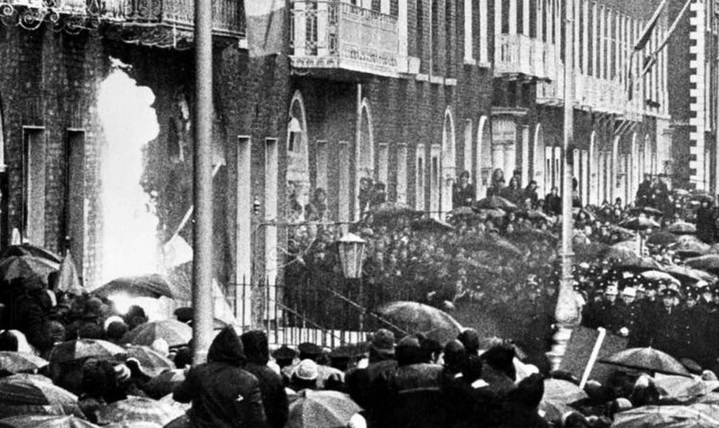 1972_februar_2_protestors_throw_molotov_cocktails_at_the_british_embassy_days_after_british_troops_shot_dead_14_unarmed_catholic_civilians_in_northern_ireland_dublin.jpg