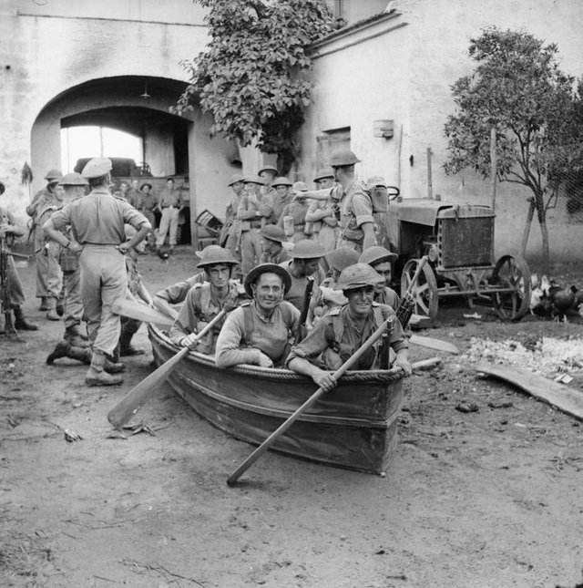 1943_oktober_british_soldiers_trying_out_collapsible_boats_in_a_farmyard_in_preparation_for_crossing_the_volturno_river_in_italy.jpg
