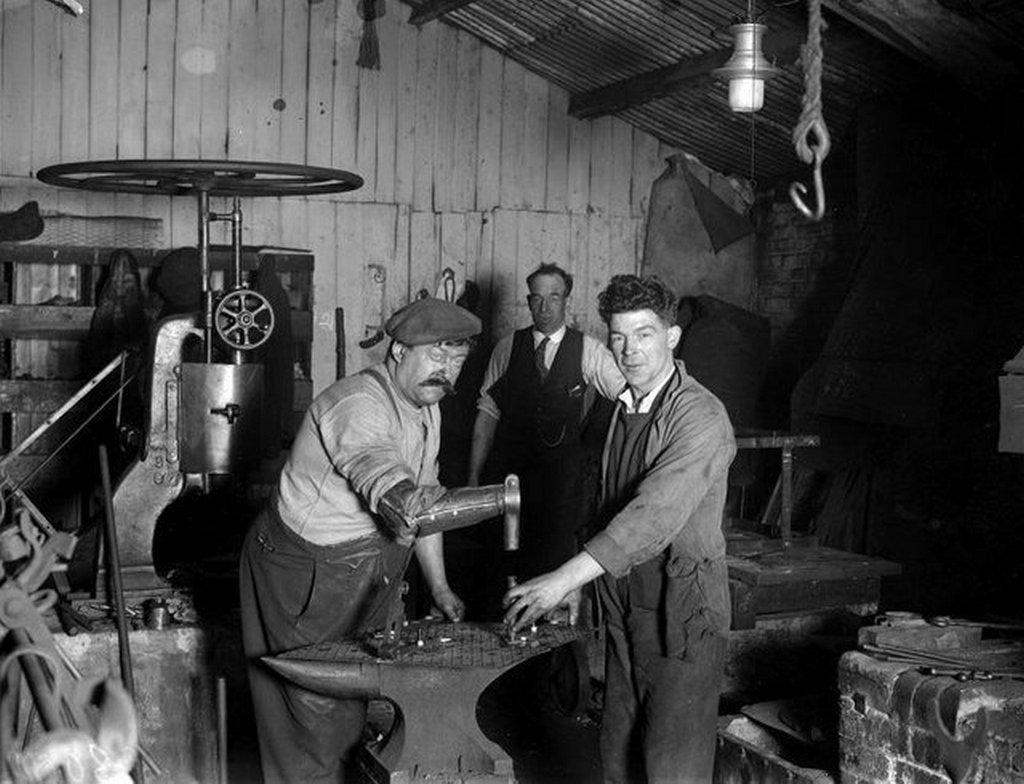 1929_a_one-armed_blacksmith_named_patrick_o_neill_using_his_specially_made_prosthetic_arm_tottenham_england.jpg
