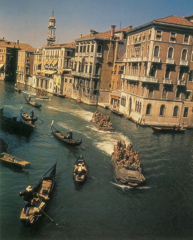1945_majus_dukw_amphibious_vehicles_in_the_canals_of_venice_italy_during_world_war_ii.jpg