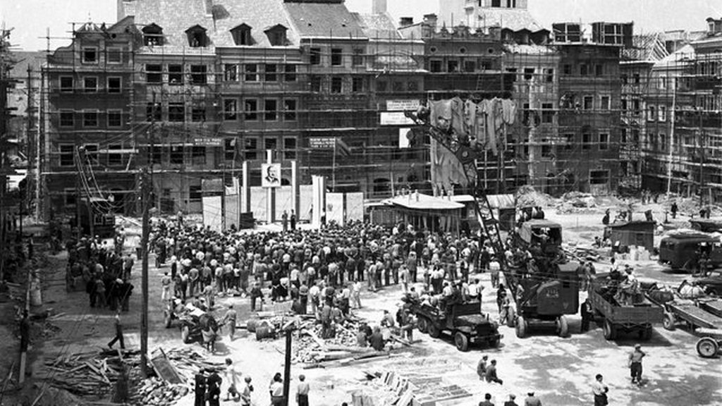 1950_political_rally_of_residents_and_builders_during_the_reconstruction_of_warsaw_s_old_town.jpg