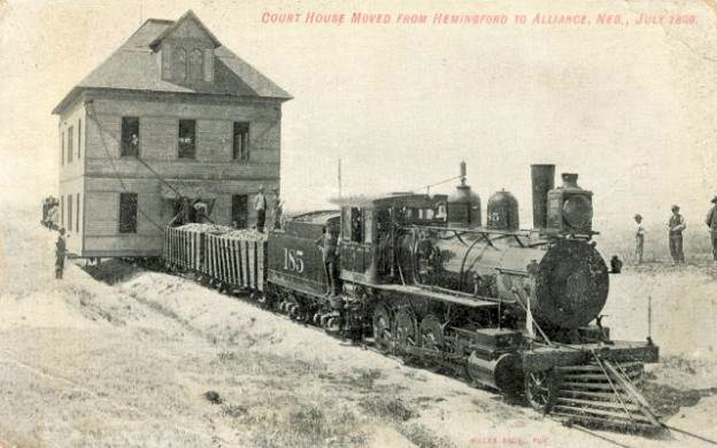 1899_birosagi_epulet_koltoztetese_vasuton_nebraskaban_hemingfordbol_alliance-ba.jpeg