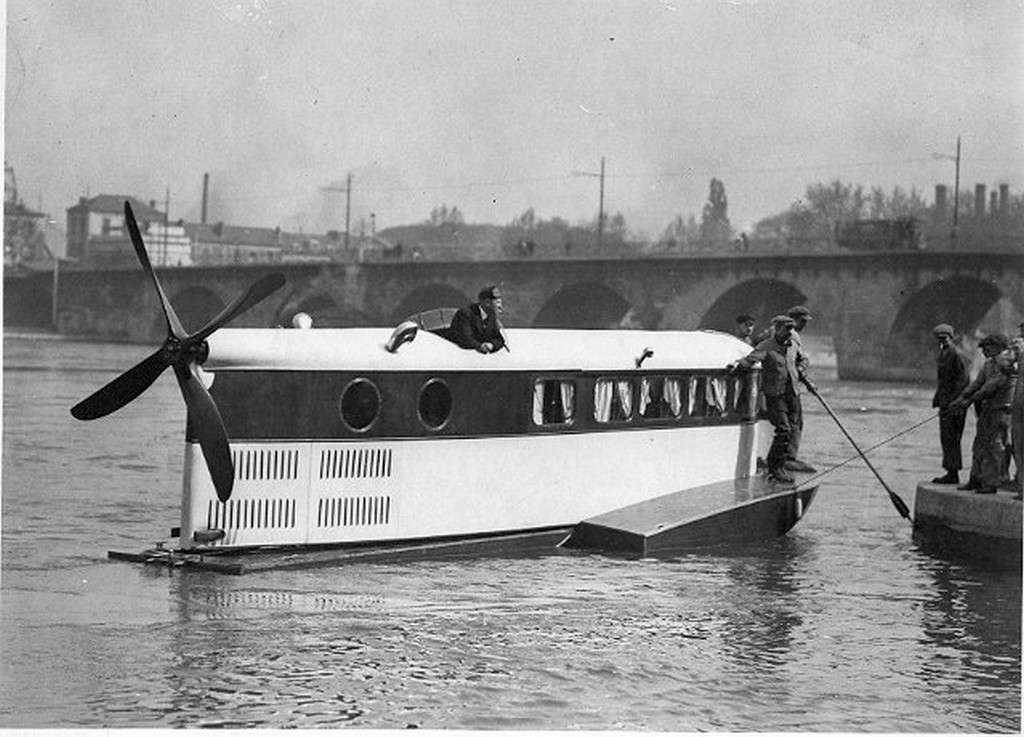 1924_testing_airboat_prototype_le_ricocheur_produced_by_french_aircraft_company_farman_aviation_capable_of_speeds_up_to_125kmh.jpg