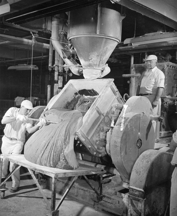 1948_workers_making_chewing_gum_at_the_d_l_clark_company_in_pittsburgh_pennsylvania.jpg