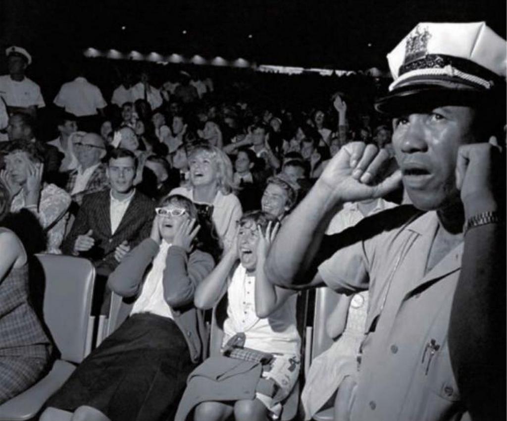 1964_rendor_fogja_be_fulet_a_beatles_egyik_amerikai_koncertjen.jpeg