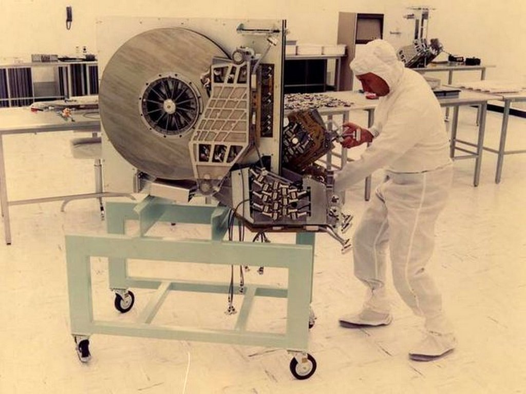 1979_technician_with_a_250_mb_hard_drive.jpg