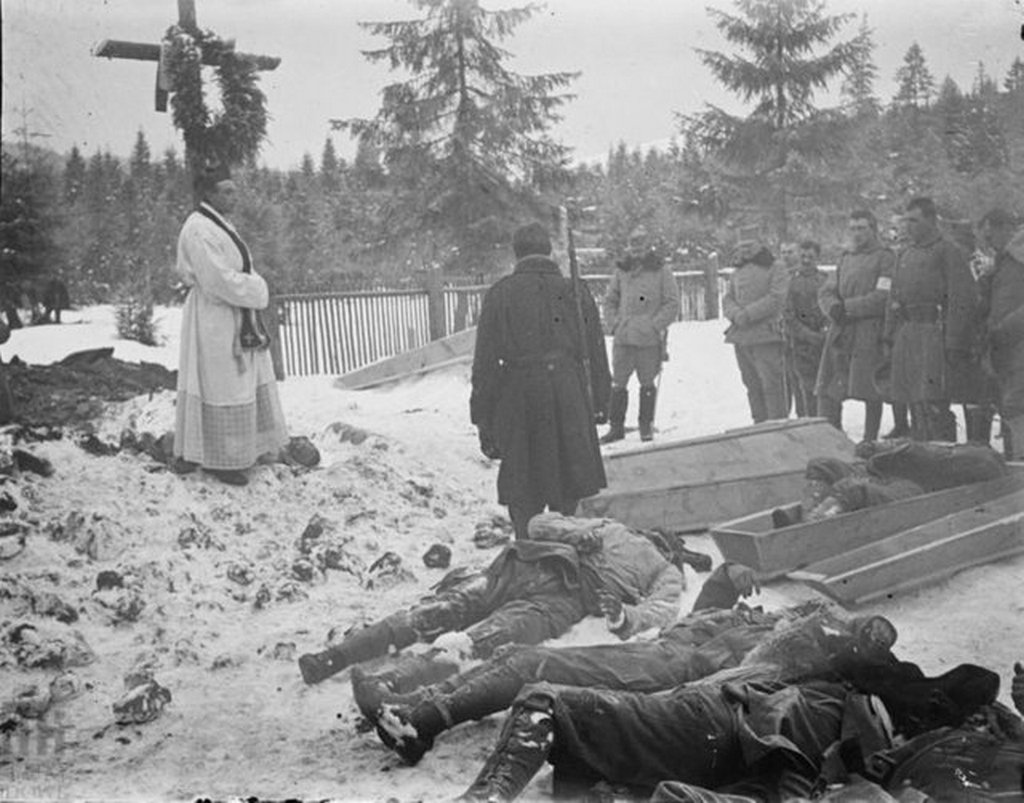 1915_austro-hungarian_soldiers_burying_their_dead_in_frozen_ground_of_carpathian_mountains_during_disastrous_carpathian_winter_offensive.jpg