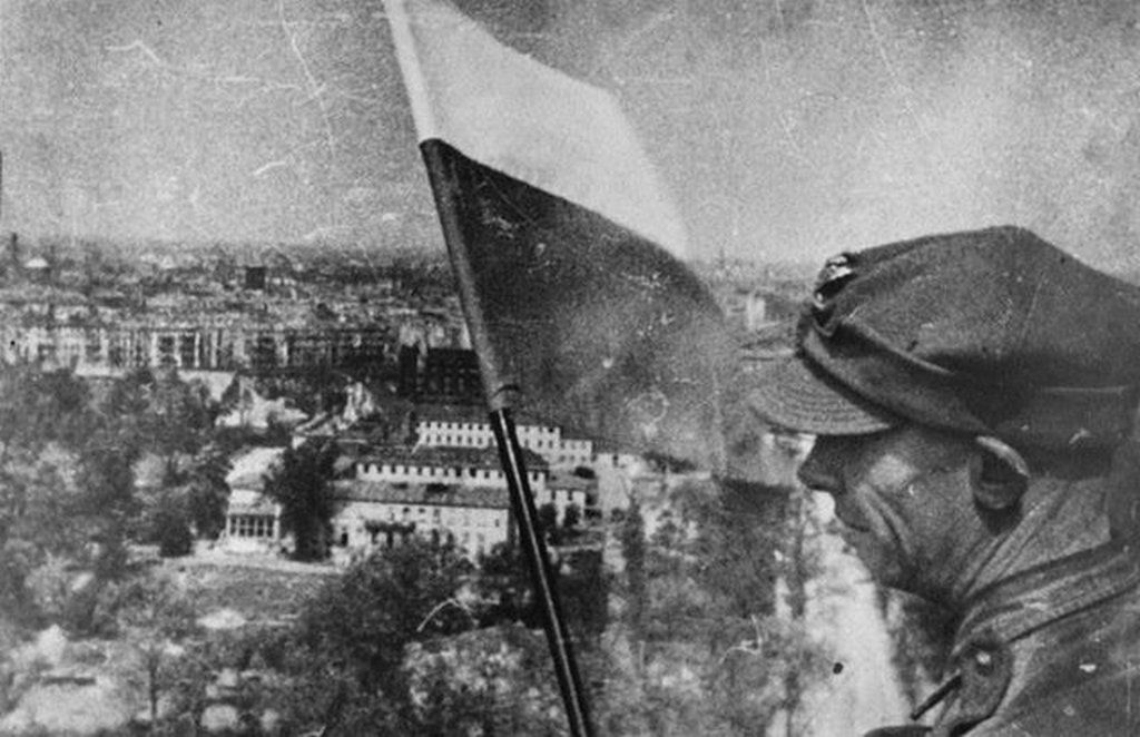 1945_majus_5_polish_flag_in_berlin_over_the_berlin_victory_column_siegessaule_at_the_downfall_of_the_third_reich.jpg