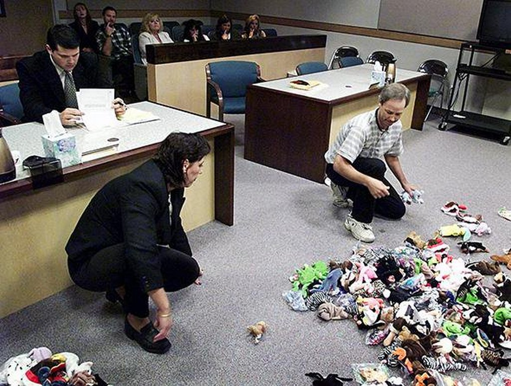1999_a_divorcing_couple_divides_their_beanie_baby_investment_under_the_supervision_of_a_judge_usa.jpg
