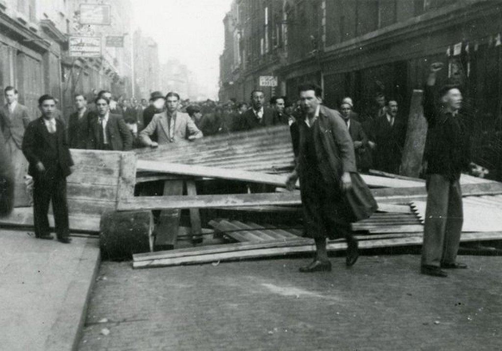 1936_brit_zsidok_es_kommunistak_vallvetve_tiltakoznak_es_epitenek_uttorlaszt_a_londoni_cable_streeten_hogy_megakadalyozzak_a_helyi_fasiszta_vezeto_oswald_mosley_es_kovetoinek_atvonulasat.jpg