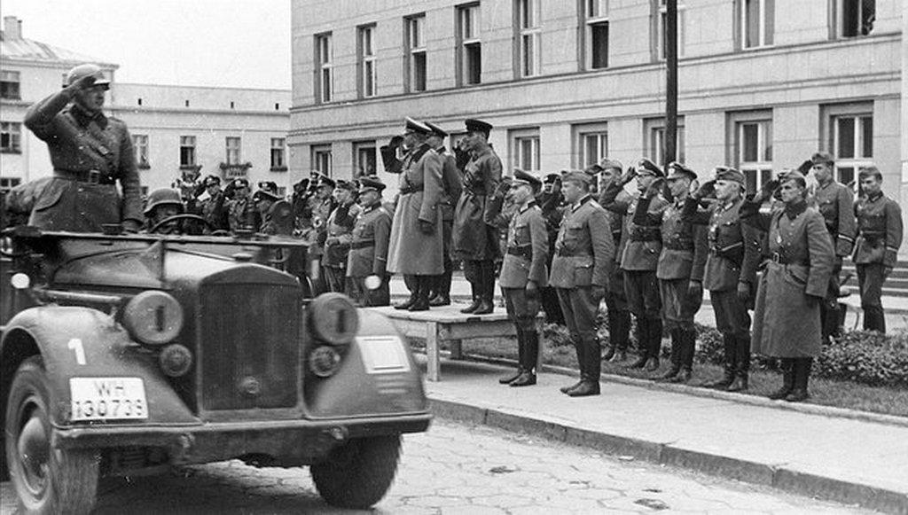 1939_nemet-szovjet_kozos_gyozelmi_parade_a_felosztott_lengyelorszagban_nemet_reszrol_guderian_a_szovjetektol_pedig_krivosein_a_podiumon.jpg