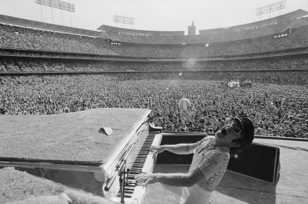 1975_elton_john_telt_hazas_koncertje_los_angelesben.jpeg