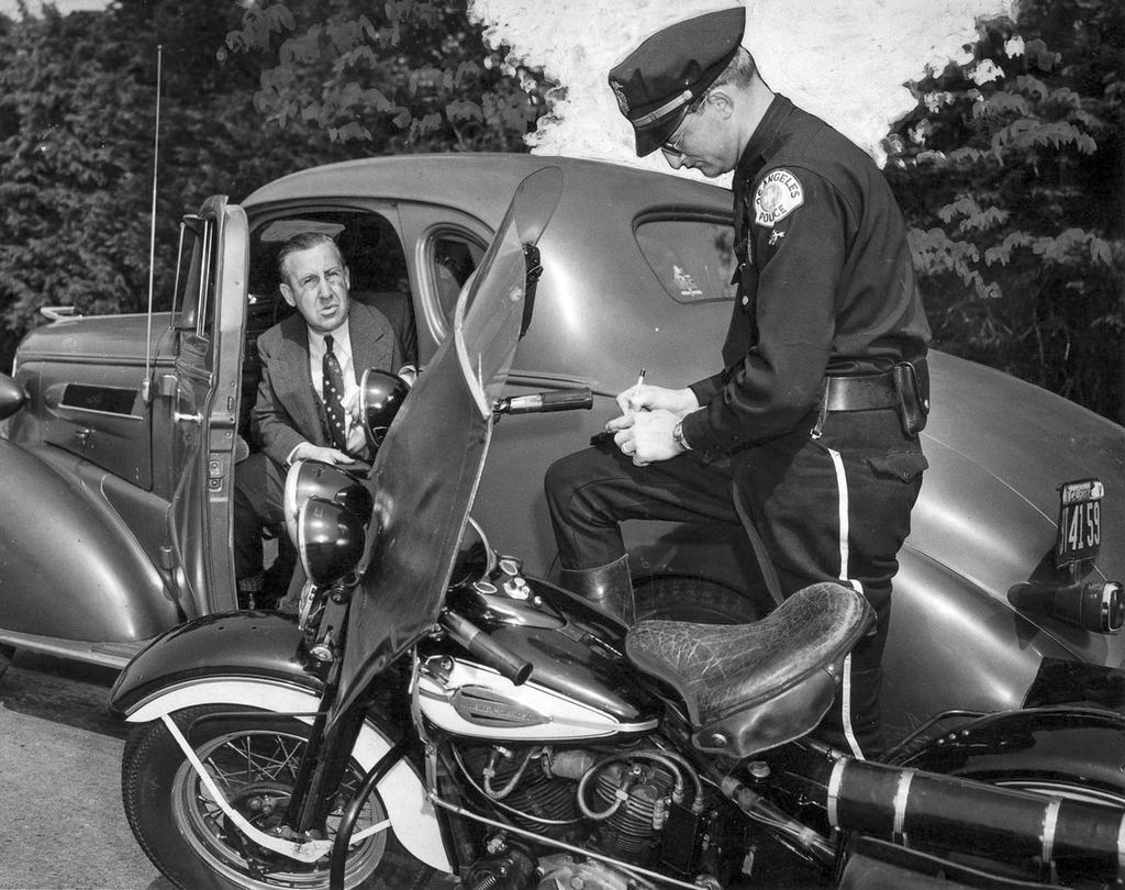1944_sanford_white_an_automotive_dealer_gets_a_speeding_ticket_from_lapd_officer.jpg