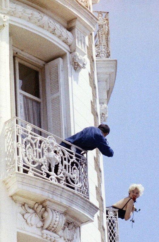 1958_jayne_mansfield_on_the_balcony_of_the_carlton_hotel_cannes.jpg