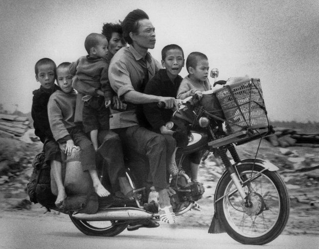 1972_south_vietnamese_parents_with_their_five_children_ride_along_highway_13_fleeing_southwards_from_an_loc_toward_saigon.jpg