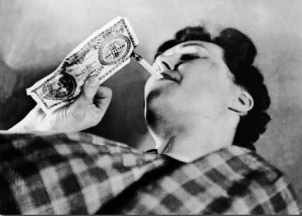 1946_a_woman_uses_paper_money_to_ignite_her_cigarette_during_the_hungarian_hyperinflation.jpg