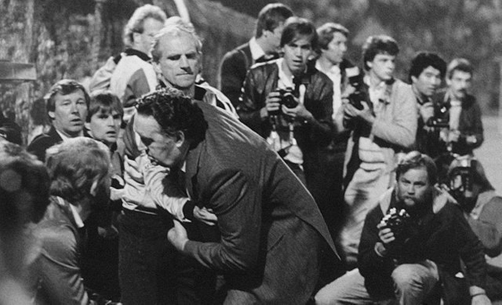 1985_szeptember_scotland_s_football_coach_jock_stein_collapses_during_a_game_against_wales_he_later_dies.jpg