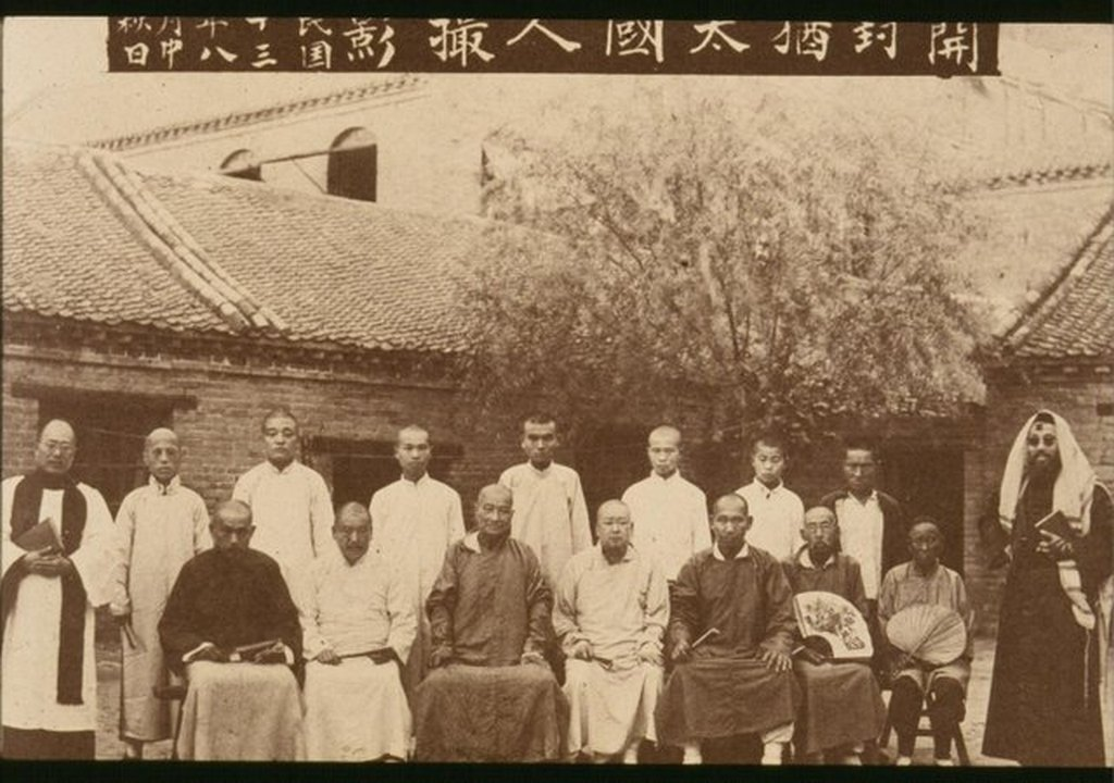 1924_chinese_jews_in_the_courtyard_of_the_trinity_cathedral_in_kaifeng.jpg