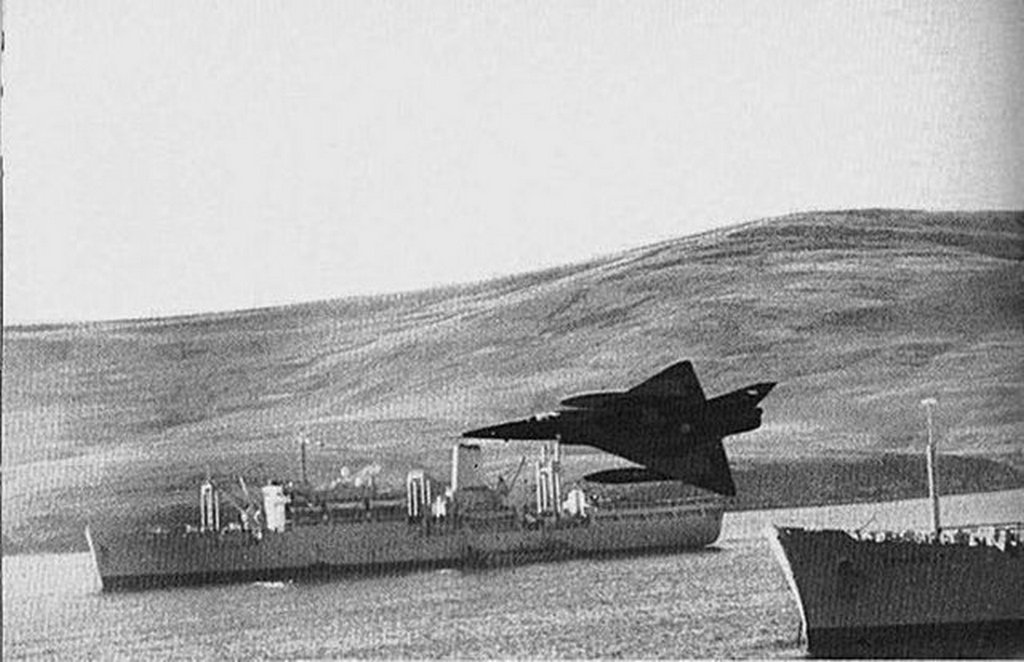 1982_majus_argentine_air_force_dagger_fighter_flying_low_between_british_navy_ships_during_a_bomb_run_battle_of_san_carlos_falklands_war.jpg