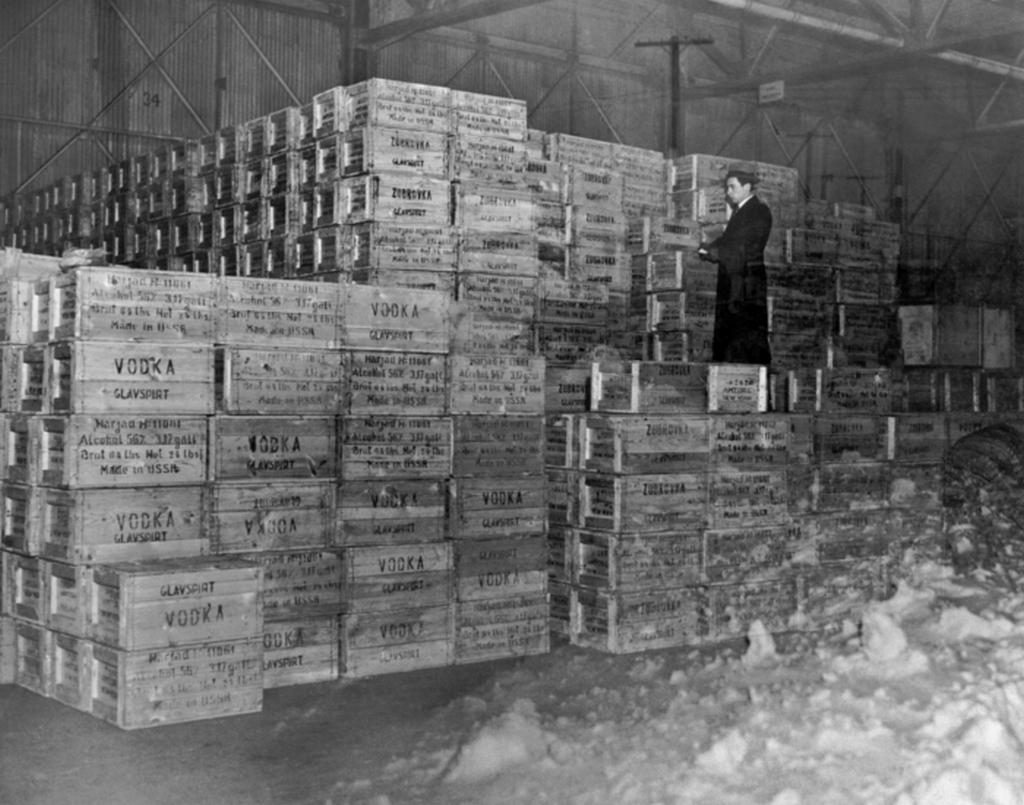 1933_az_elso_vodka-tetel_a_szovjetuniobol_az_usa-ba_a_tilalom_lejarta_utan_1933_december_5-en_new_york.png