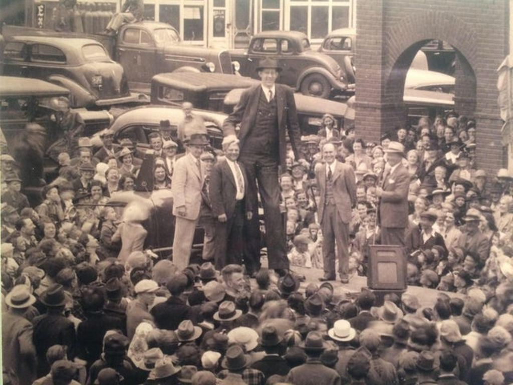 1939_robert_wadlow_the_tallest_human_being_ever_in_his_hometown_of_alton_illinois.jpg